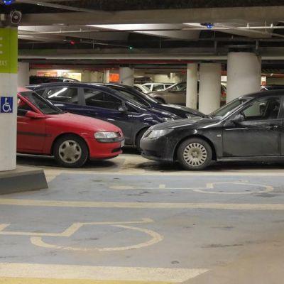 Invapaikkoja pysäköintitalossa