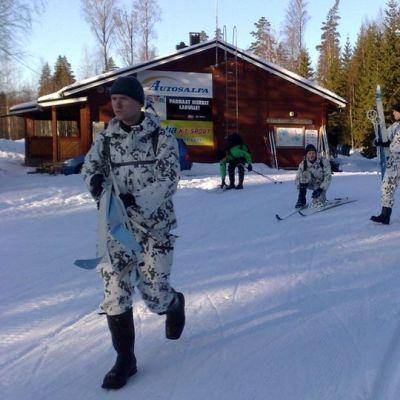 paaskosken majalla hiihtäjiä