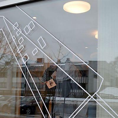 Ouluun suunnitellun design-keskuksen ikkuna.