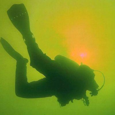 Sukeltaja veden alla.