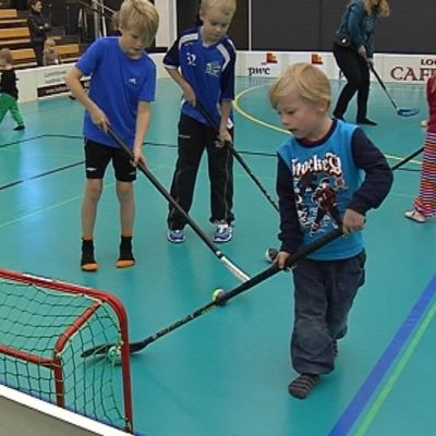 Lapsia viettämässä syyslomaa urheillen Seinäjoen urheilutalolla.