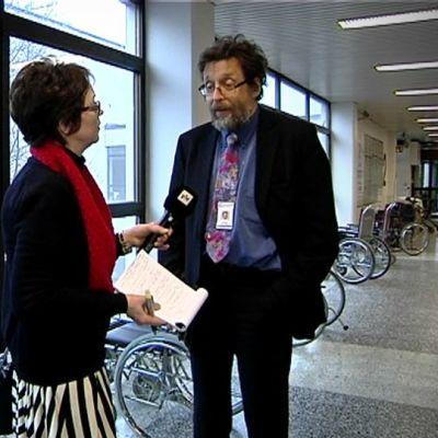 Toimittaja Anri Koski haastattelee Etelä-Pohjanmaan sairaanhoitopiirin johtajaa Jaakko Pihlajamäkeä.