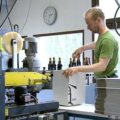Suomenlinnan panimon johtaja Jussi Heikkilä pakkaamassa panimonsa oluita kuljetusta varten.