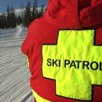 Ski Patrol valvoo rinteitä ja auttaa apua tarvitsevia.