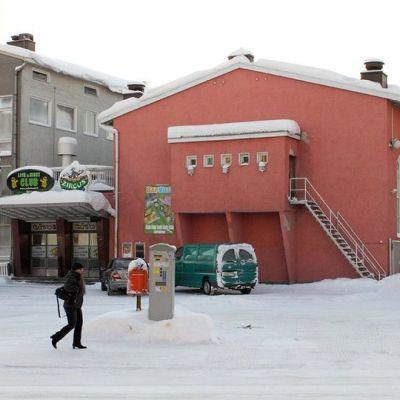 Valistustalo sijaitsee Pekankadun ja Valtakadun kulmauksessa Rovaniemellä