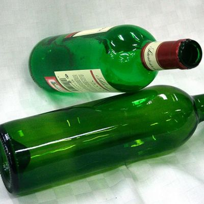 Kaksi tyhjää viinipulloa.