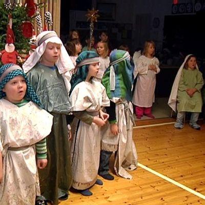 Sahankylän koulun joulujuhlassa esitetään otteita evankeliumista