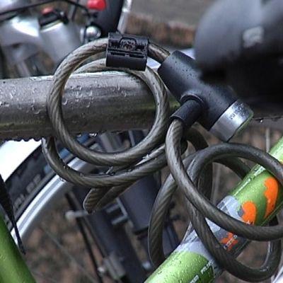 Vieterilukko kiinni polkupyörän rungossa