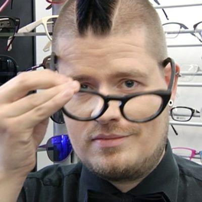 Esa Ylikelloniemi sovittaa silmälaseja.