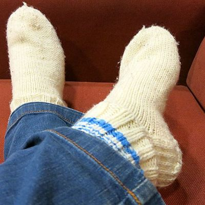 Valkoiset villasukat jalassa.