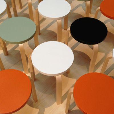 erivärisiä tuoleja