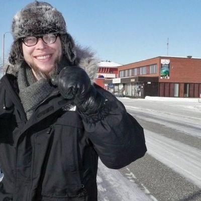 kirjailija-toimittaja Mikko-Pekka Heikkinen Inarin raitilla