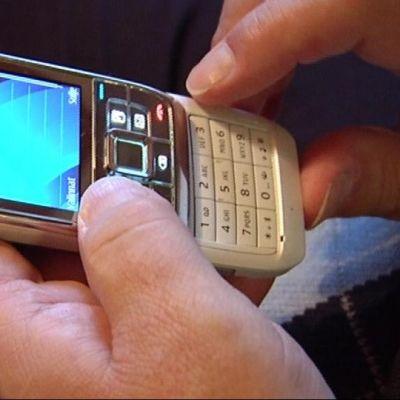 Tekstiviestiä lähetetään matkapuhelimella.
