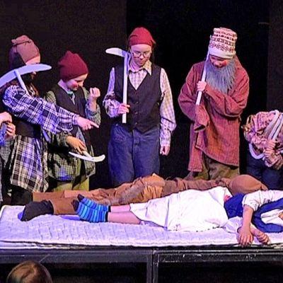 Taidekoulu Estradin näytelmä Lumikki ja jotain 7 kääpiötä.