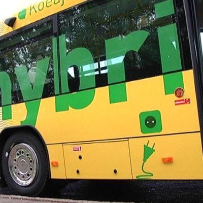 Turku markkinoi näyttävästi hybridibussejaan.