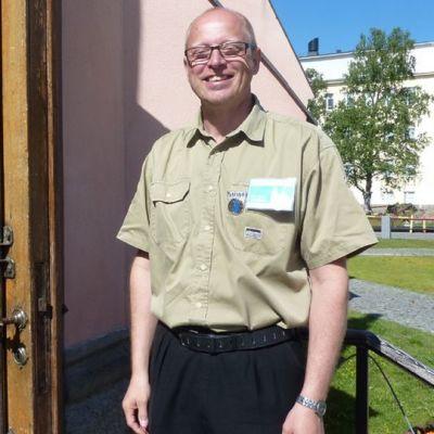 Matkailuoppaiden puheenjohtaja Kyösti Karjalainen Kemin kirkolla.