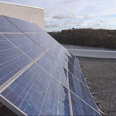 Aurinkopaneelit katolla