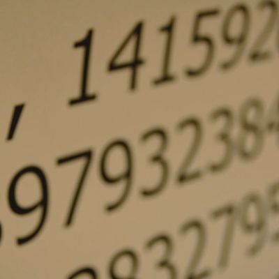 """""""How I wish I could calculate pi"""" on yksi muistisääntö piin ensimmäisiin desimaaleihin: how-sanassa on 3 kirjainta, I-sanassa 1 jne."""