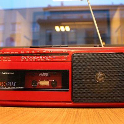 Punainen matkaradio pöydällä.
