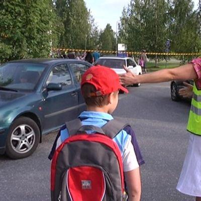 Tiistaiaamuna liikenne Mankolan koululle oli vilkasta.