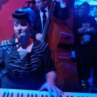 Davina  The Wagabonds esiintymässä Kemissä vuonna 2013.