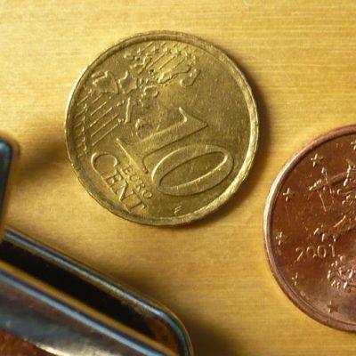 Pieniä kolikkoja ja rahapussi