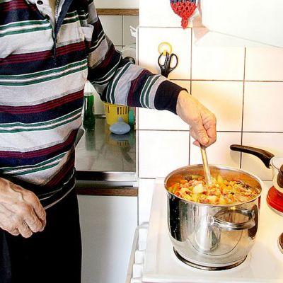 Henkilö laittamassa ruokaa.