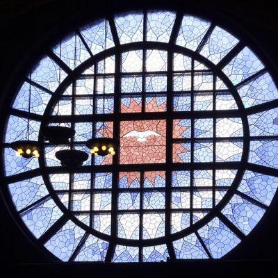 Ikkunamaalaus, jossa kyyhky keskellä.
