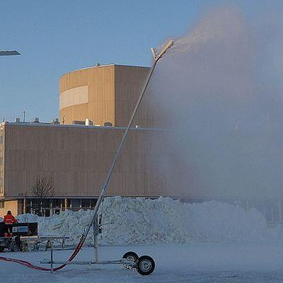 Lumitykki Oulun torilla.