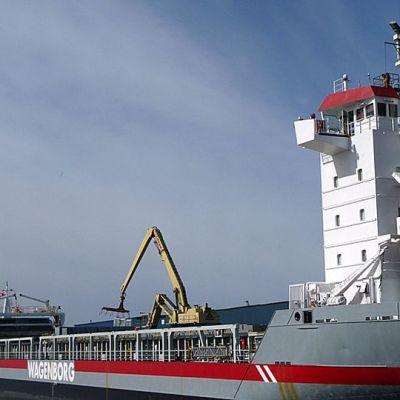 Ajoksen satamassa lastataan laivaa.