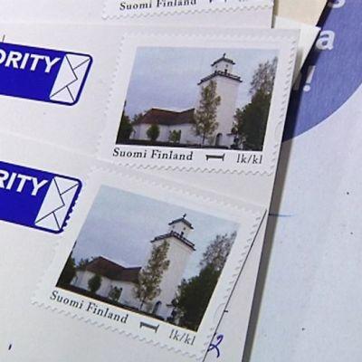 Kaksi korttia, joissa on Kaarlelan kirkkoa kuvaavat postimerkit.