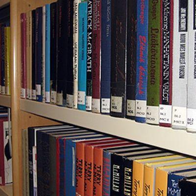 Kuvassa kirjaston hylly