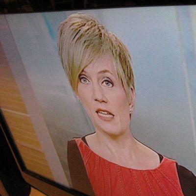Uutistenlukija lukee uutisia TV1-kanavalla.