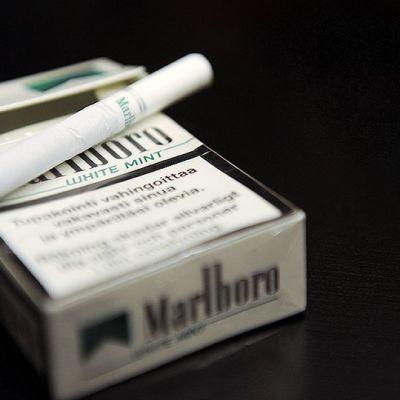 Tupakka-aski ja tupakka.