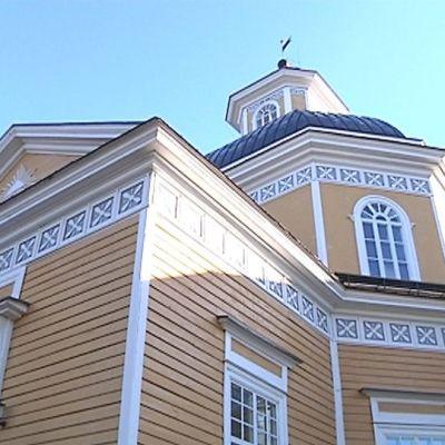 Kuvassa Vetelin kirkko torneineen.