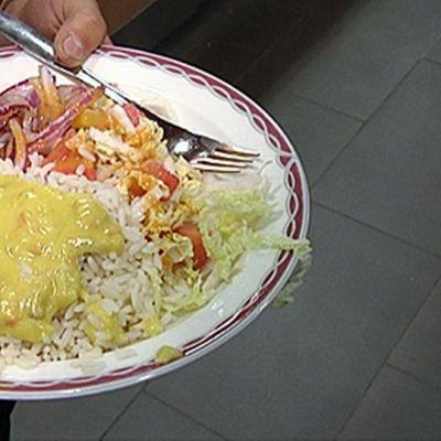 Kasvisruokaa lautasella.