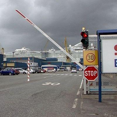 Allure of the Seas -risteilijä rakenteilla STX:n Turun telakalla.