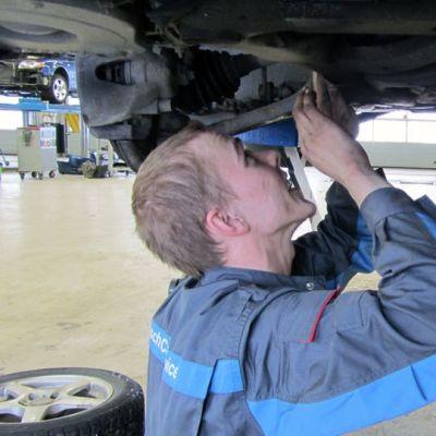 Jouko Ala-Pöntiö huoltaa autoa.