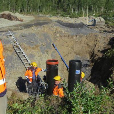 Kemin Vesi Oy:n toimitusjohtaja Juha Hiltula seuraa vesijohtoverkoston rakentamista Rovan asuntoalueella Kemissä.