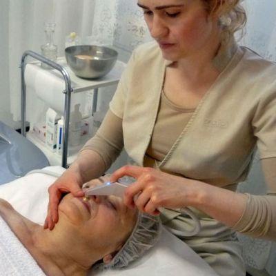 Kosmetologi Maiju kotvio ja asiakas Heidi Keckman