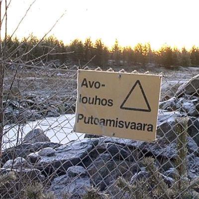 Varoituskyltti Suhangon kaivosalueella
