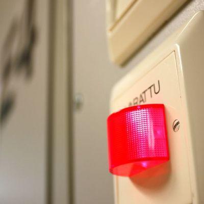 Varattu-valo palaa vastaanottohuoneen ovenpielessä.