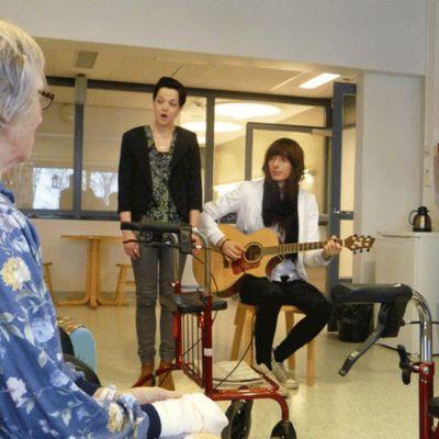 Musiikinopiskelijat esiintyvät Tornion terveyskeskuksessa.