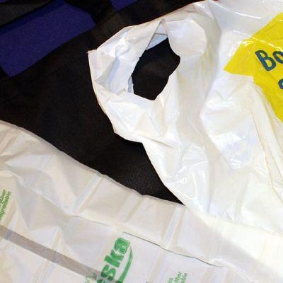 Erilaisia kassivaihtoehtoja: biohajoava, kuitukassi ja perinteinen muovikassi.