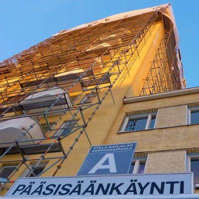 Rakennustelineitä Etelä-Karjalan keskussairaalan seinillä.