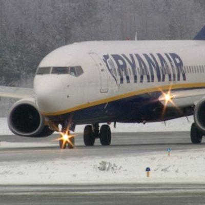 Ryanairin kone saapuu Lappeenrannan lentokentälle.