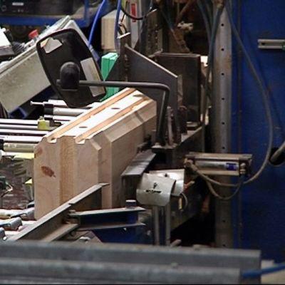 Hirttä työstetään Honkarakenteen Karstulan tehtaalla.