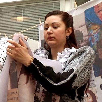 Miranda -näyttelyn ripustusta Kansalaistoiminnankeskus Matarassa.