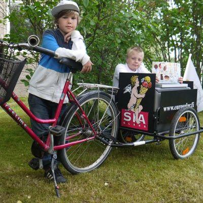 Kuvassa Totte Wentin ja Jaakko Kenttä jäätelöpyöränsä kanssa