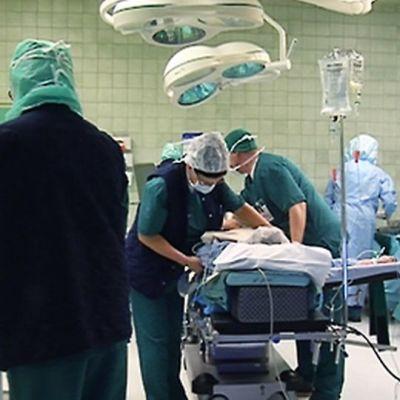 Leikkaus käynnissä leikkaussalissa.